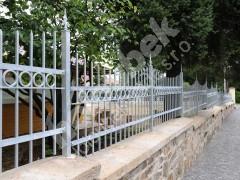 Ocelové oplocení u gymnázia Nové Město na Moravě