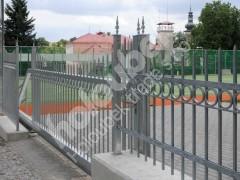 Ocelová posuvná brána u gymnázia Nové Město na Moravě