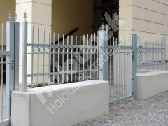 Ocelové oplocení a branka u gymnázia Nové Město na Moravě