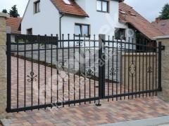 Křídlová brána a branka s kovářskými prvky u RD v Křižanově